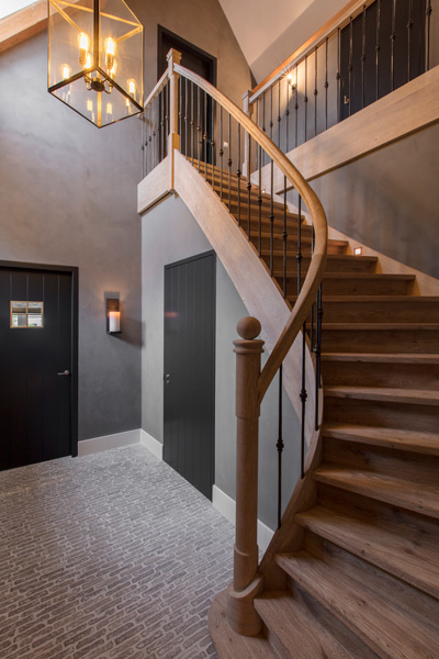 De moderne trap wordt mooi verlicht door de sfeervolle designverlichting