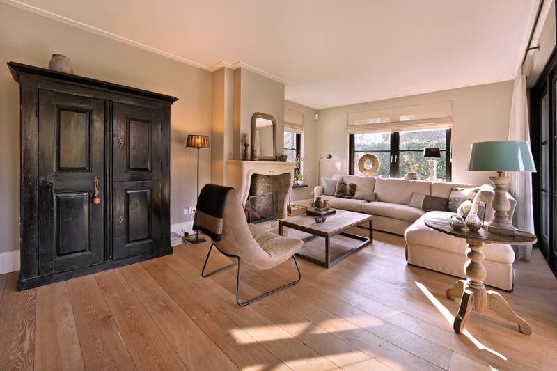 Zeer sfeervolle woonkamer met een warm interieur.