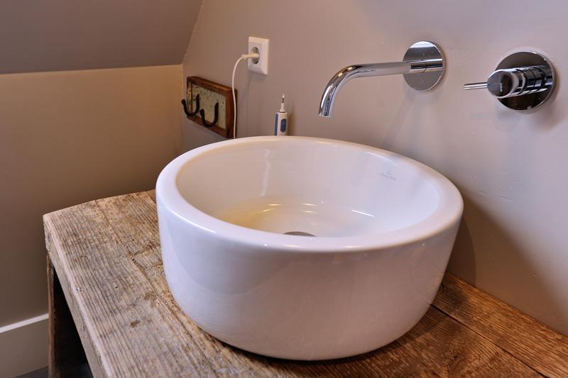 Badkamer met modern badmeubel.