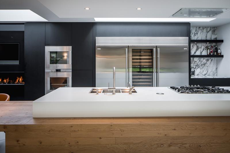 De moderne afzuigkap is gerealiseerd door Wave Kitchen Products.