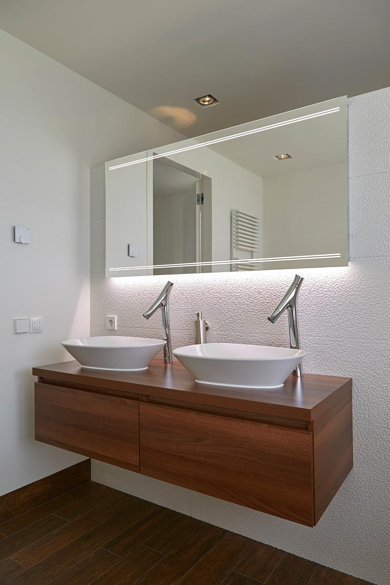 Badkamer met een design wastafel.
