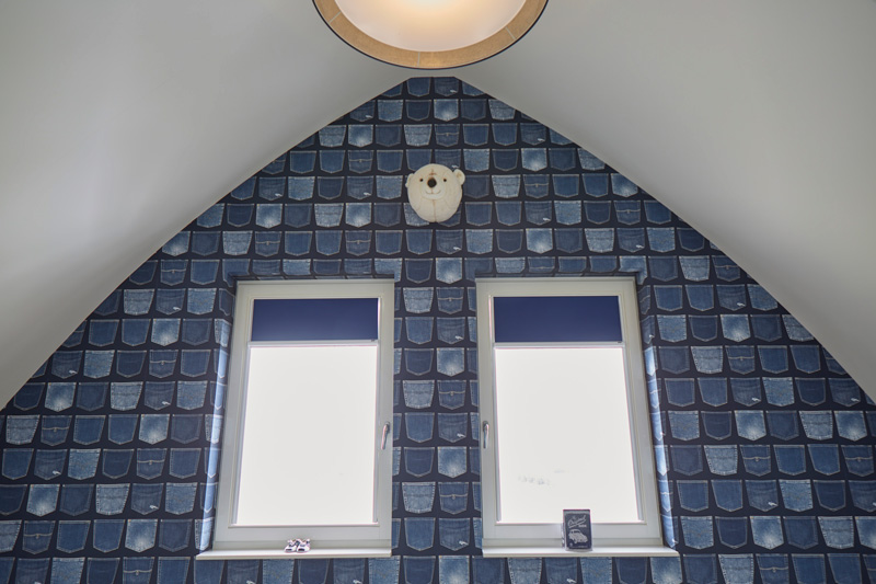 Het exclusieve tegelwerk in de badkamer zorgt voor sfeer.