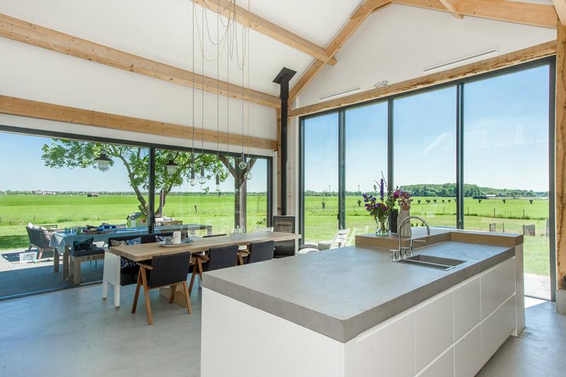 De strakke witte keuken werd gerealiseerd door interieurbouwer Oock.