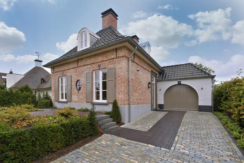 De villa met aangebouwde garage laat de bewoners in een droom wonen.