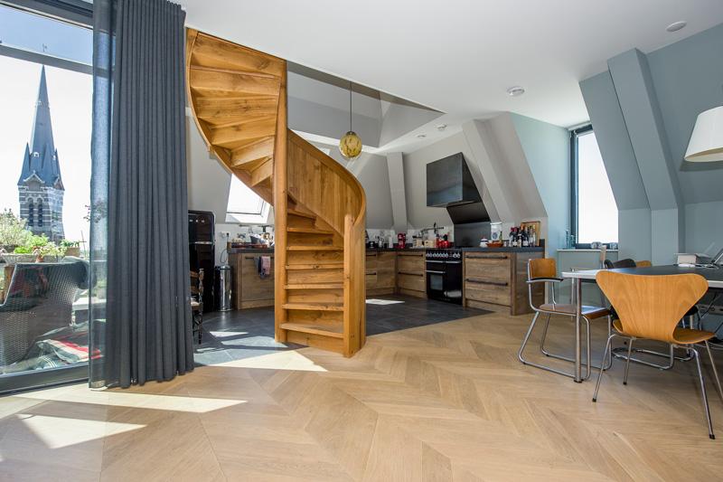 De houten vloer in Hongaarse punt is afkomstig van Fairwood.