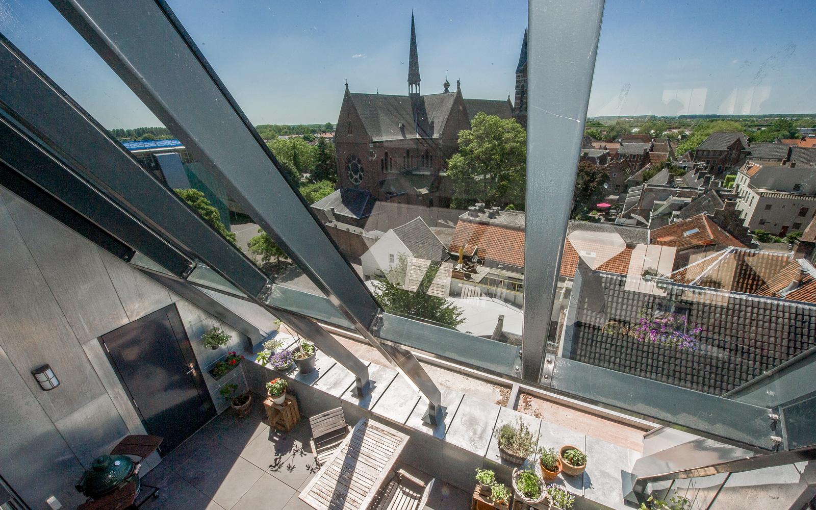 Het zonnige terras biedt een prachtig uitzicht op het centrum van Culemborg.