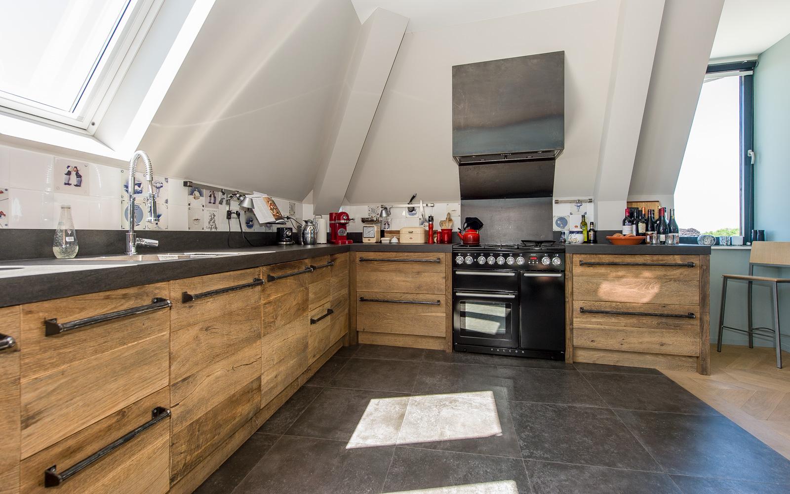 De houten keuken werd gemaakt door Restyle XL. De handvaten werden door Kunstsmederij Axel van her Horst op maat gemaakt.