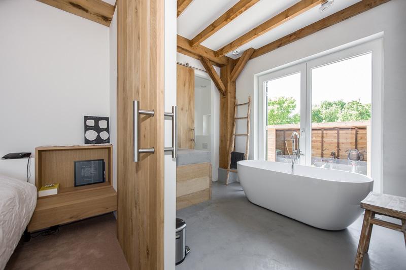 De badkamer is naast de masterbedroom. Beide ruimtes bevinden zich op de begane grond.