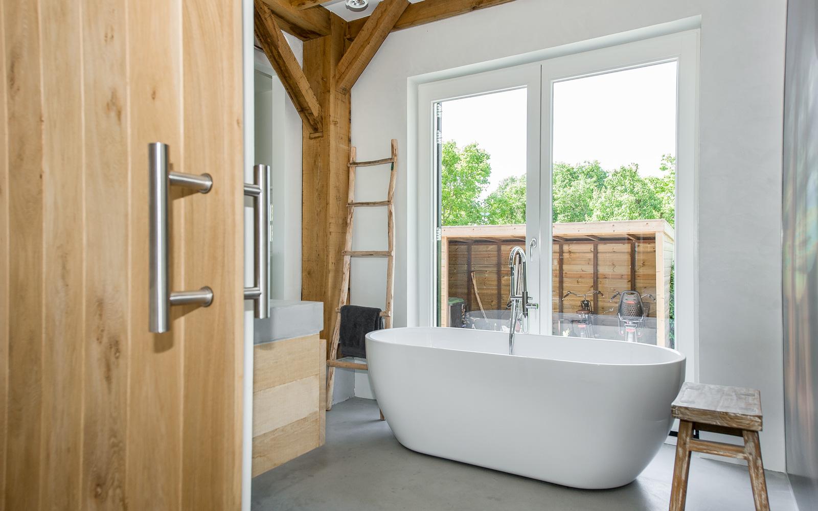 Vrijstaand ligbad zorgt voor een ruime indeling van de badkamer.
