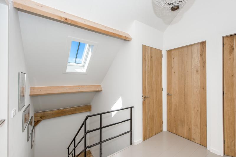 Cottageworld maakte de strakke moderne deuren op maat. Ze werden geplaatst door Aannemersbedrijf Gebr. Van Der Netten van Stigt.