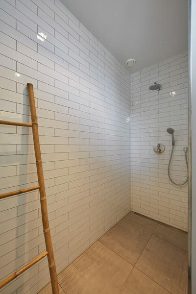 Houtbaar.com heeft gezorgd voor de badkamermeubelen.