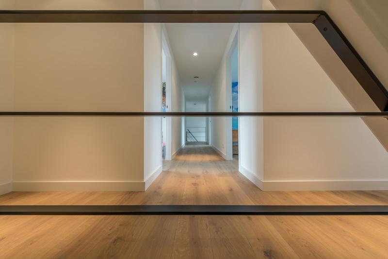 Gang op de bovenverdieping met prachtige houten vloer