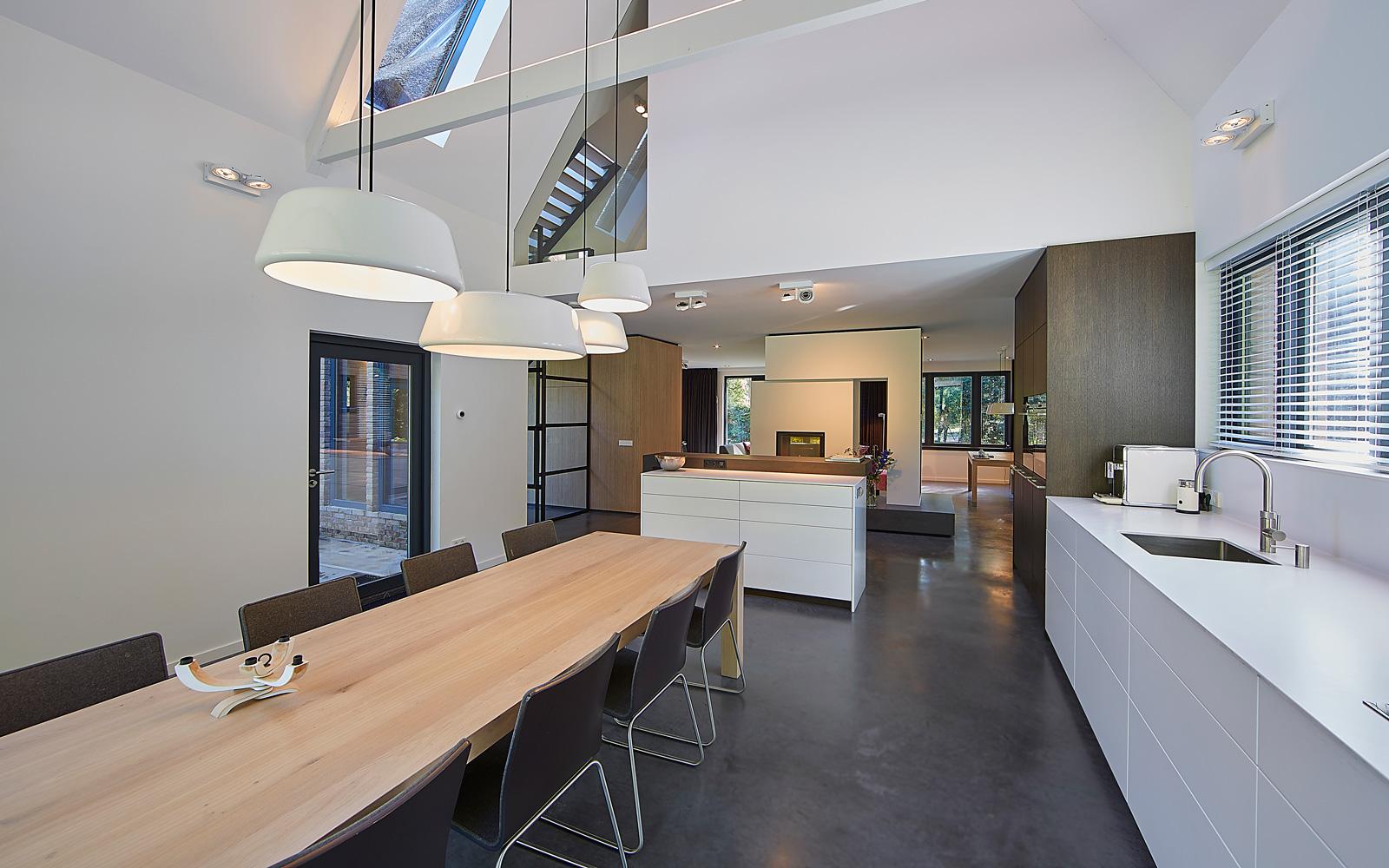 dankzij grote ramen is er in de keuken een prachtige lichtinval ontstaan