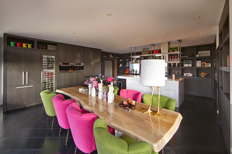 Ruime keuken door RMR Interieurbouw met haard van Heerkens