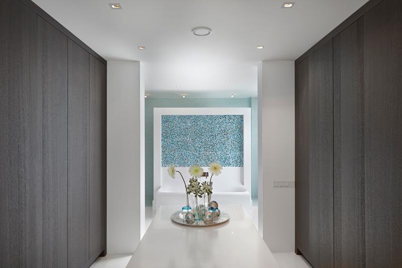 Hal met dressing richting badkamer, houten vloer van Van der Putten Chateauvloeren