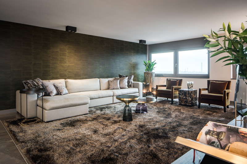 Woonkamer met kleed van Limited Edition Rugs en meubels van Dièz