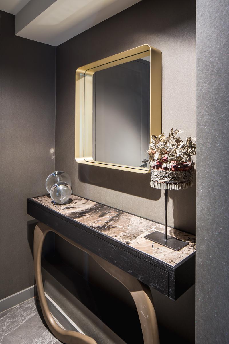Grote spiegel in de hal met goudkleurige lijst