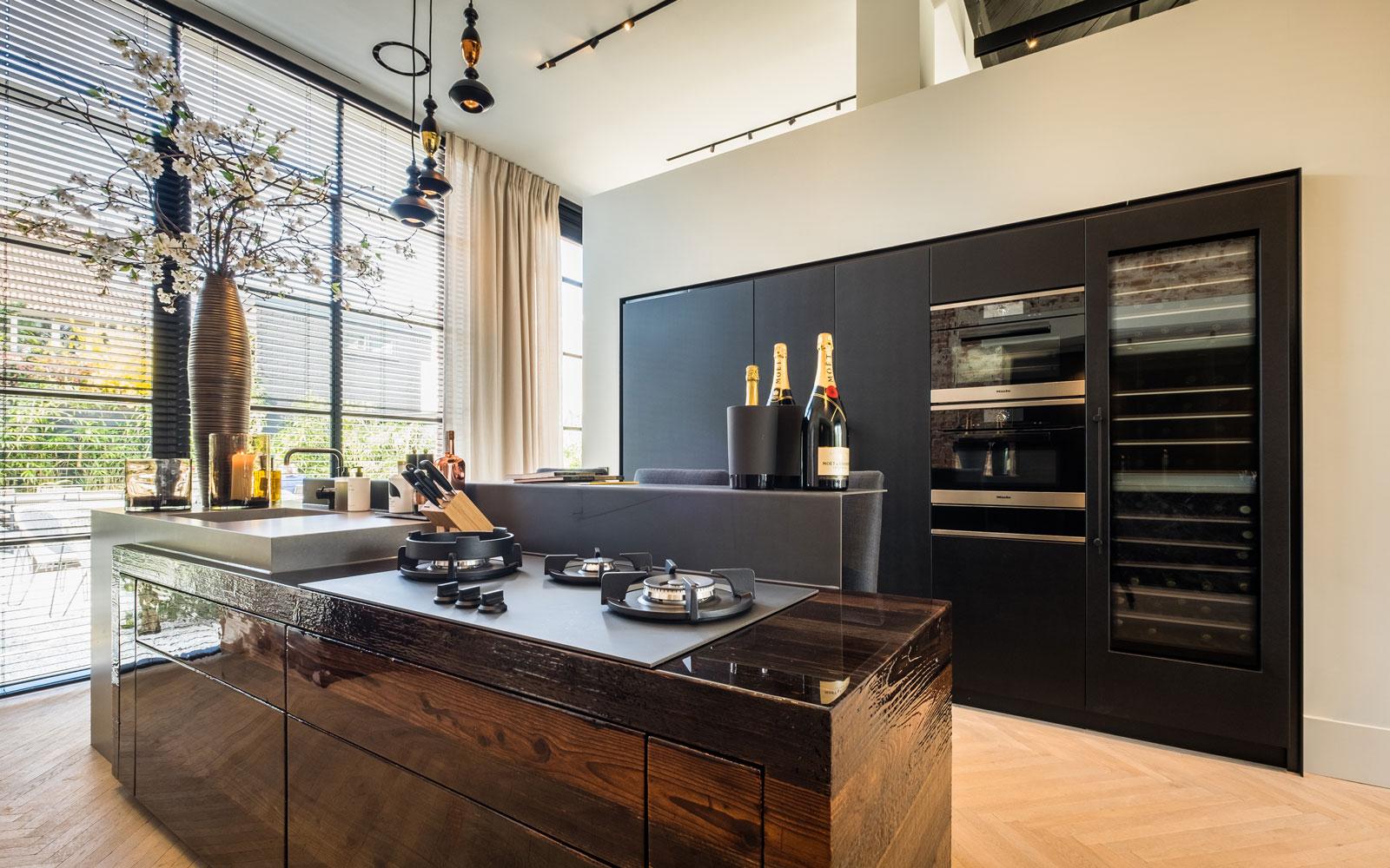 Keuken, maatwerk door Nijboer en Van der Windt. metalen ronde lampen door Innocoating, raambekleding, shutters, Indivipro, showroom, architectenbureau Kabaz