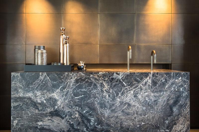 Koffie altaar, kraan, massief marmeren blok, brons gespoten kranen, LED verlichting door Light en Design, showroom, architectenbureau Kabaz