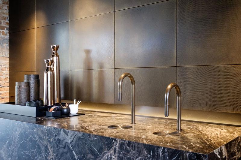 Brons gespoten kranen, koffie altaar, massief marmer, showroom, architectenbureau Kabaz