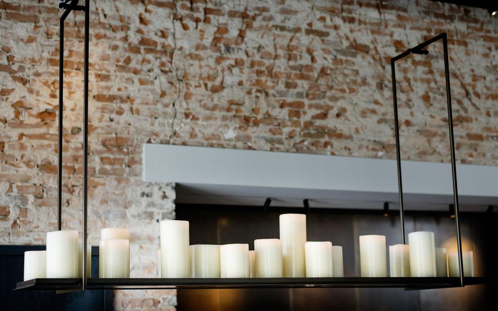 enorme lamp met kaarsen van Amerikaanse ontwerper Kevin Riley, showroom, architectenbureau Kabaz