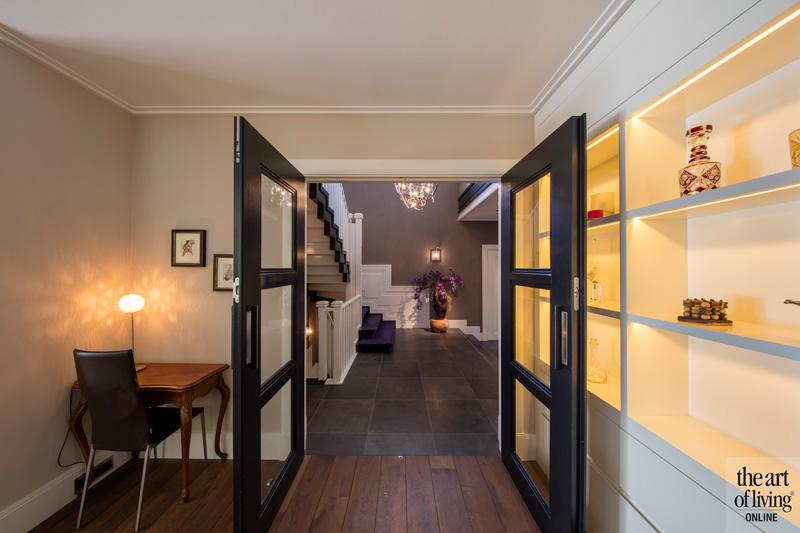Zicht op de hal met trap, Versteegh Design