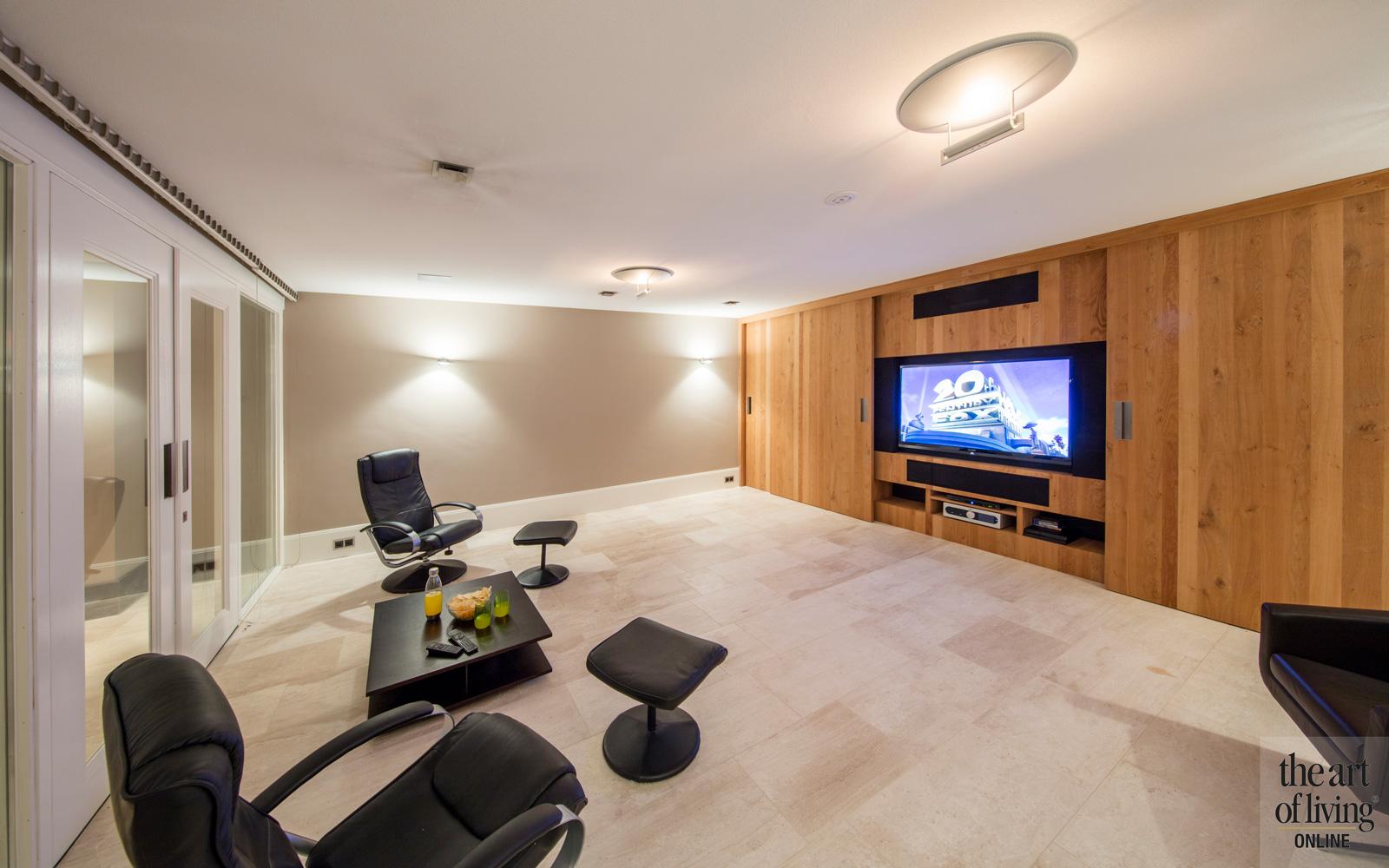 Ontspanruimte, TV, houten kastenwand