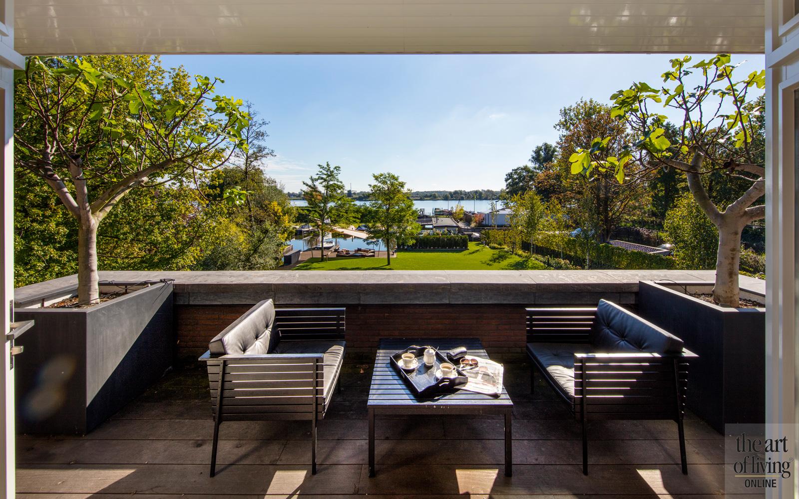 Balkon met zitje, zicht op de tuin vanuit slaapkamer