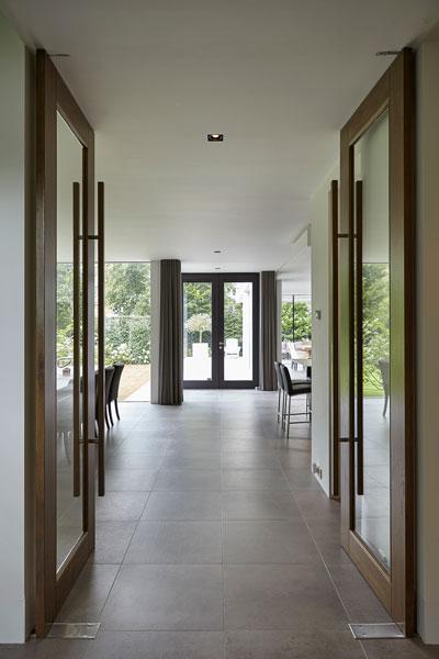 Veel licht en ruimte in de woning, grote ramen, strak, modern, Bob Manders