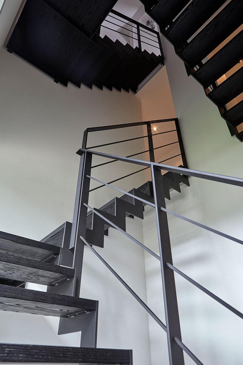 Stalen trap door Xillix, zwart gecoat, treden hout, zwart gelakt, strak, modern, Bob Manders
