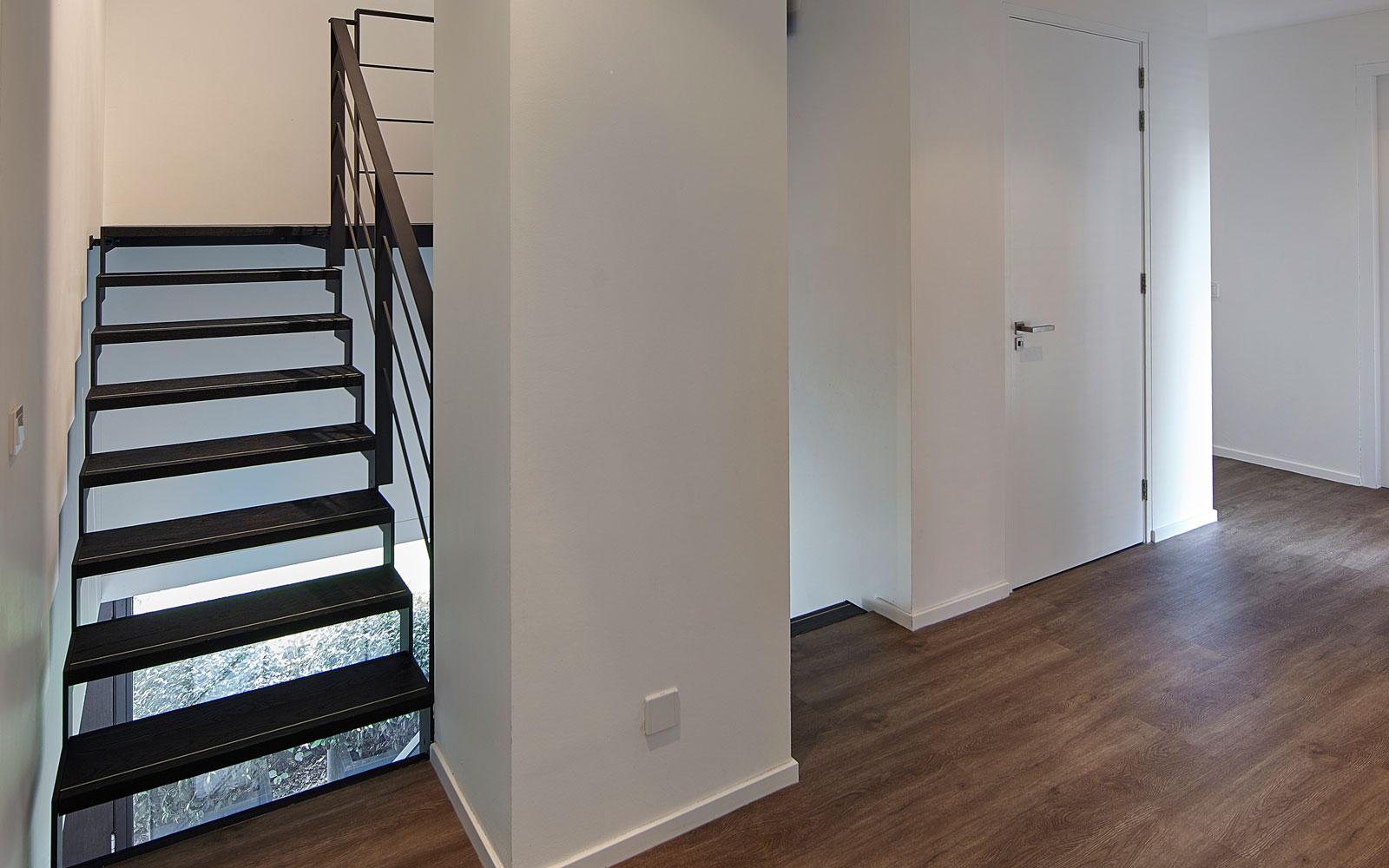 Stalen trap van Xillix met houten treden, zwart