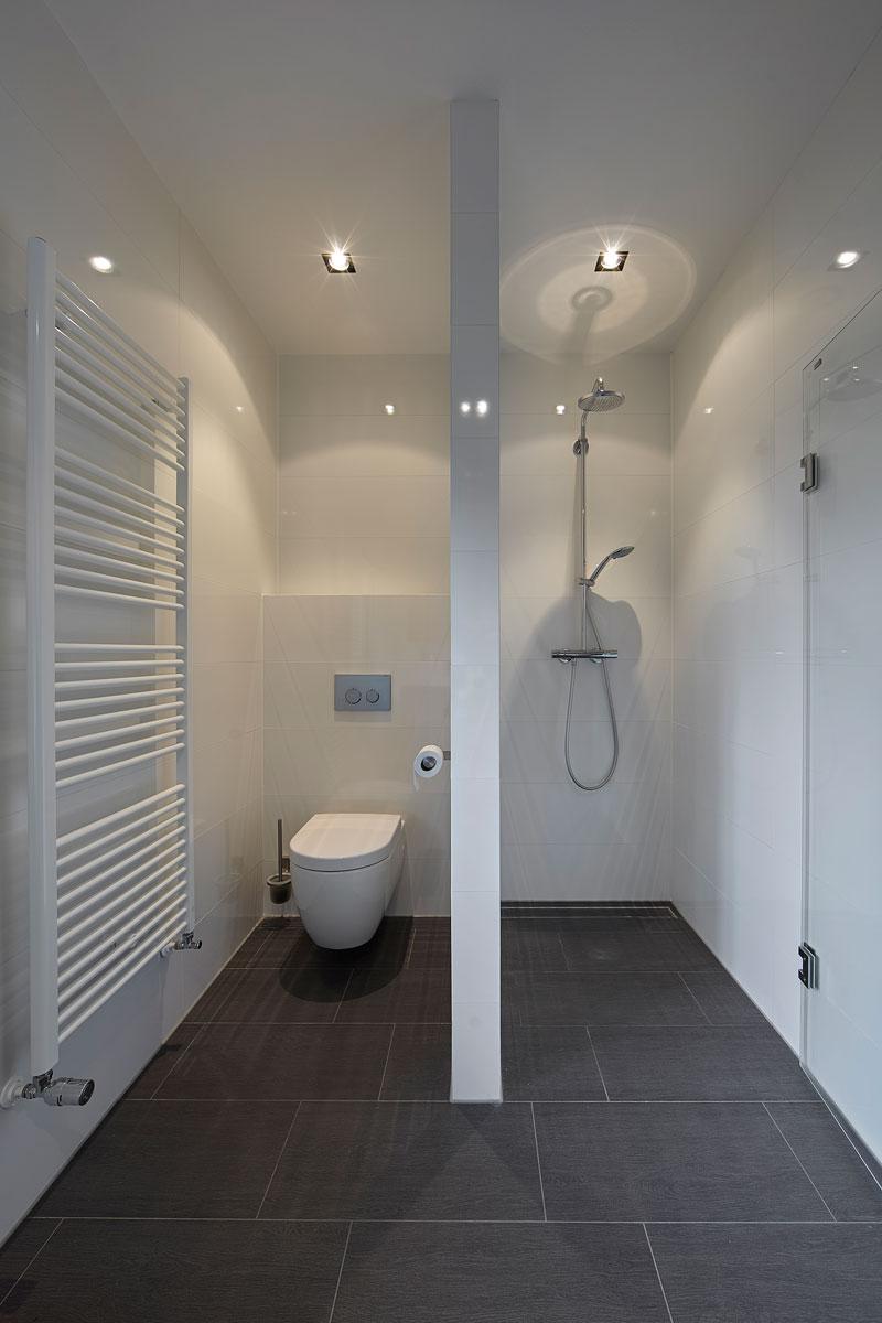 Badkamer, toilet, douche, tegelvloer, strak, modern, Bob Manders