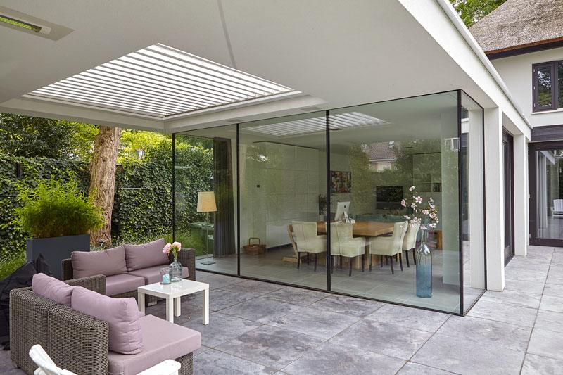 Terras met afdak, binnen en buiten is één, grote ramen, Livium Louvredak, tuinmeubelen Sprokkelbos, strak, modern, Bob Manders