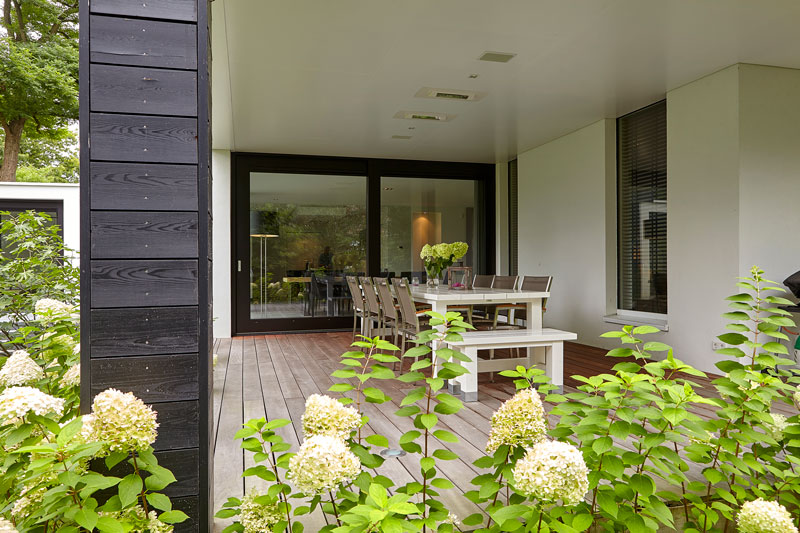 Terras, afdak, tuinmeubelen Sprokkelbos,, strak, modern, Bob Manders