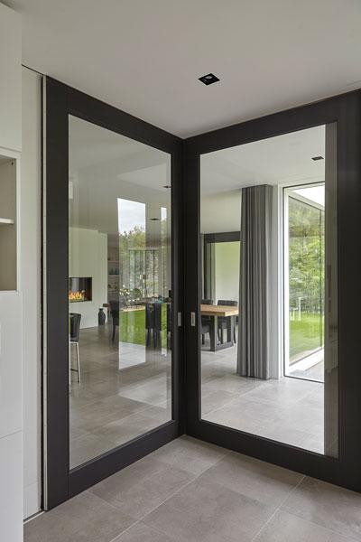 Grote ramen, doorkijk naar de living, lichtinval, strak, modern, Bob Manders