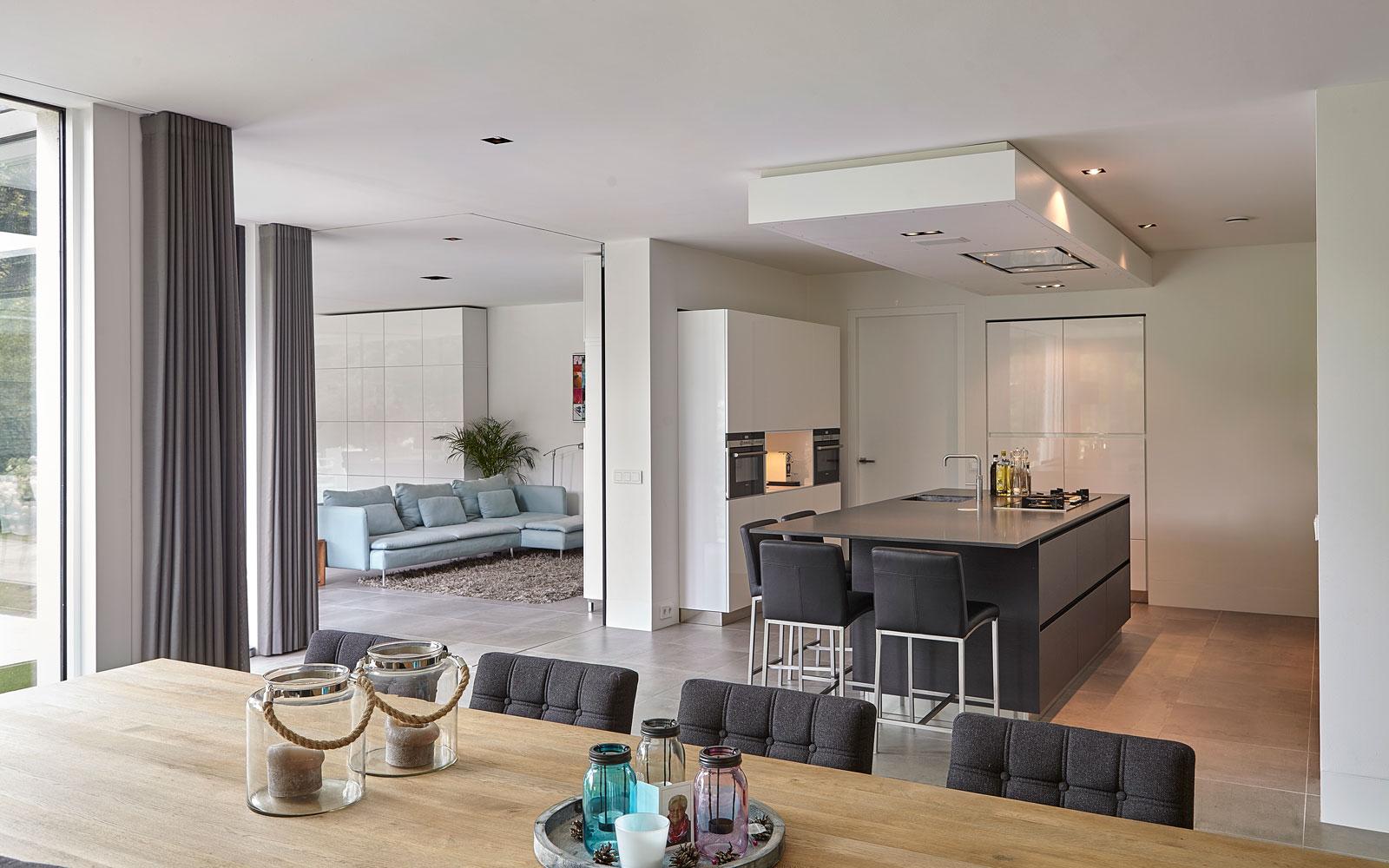 Keuken en living, gordijnen van Caspar Dekkers, eiken houten eettafel, doorkijkhaard