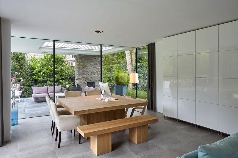 Werkplek, houten tafel, grote ramen, zicht op de tuin, strak, modern, Bob Manders