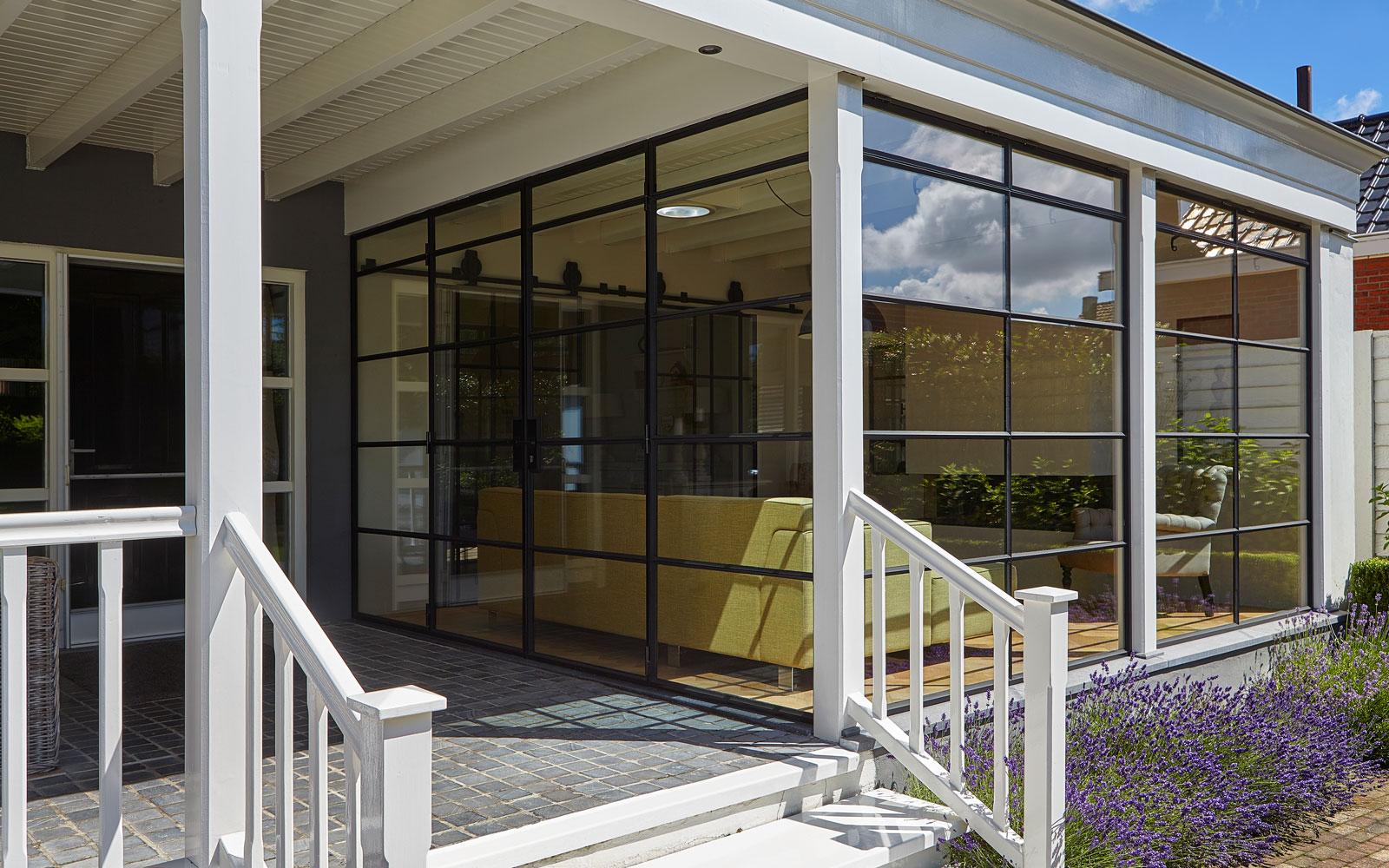 Binnen en buiten lopen in elkaar over, terras, tuinkamer, Stalen Deuren Huys, HR ++ glas, kijkwoning