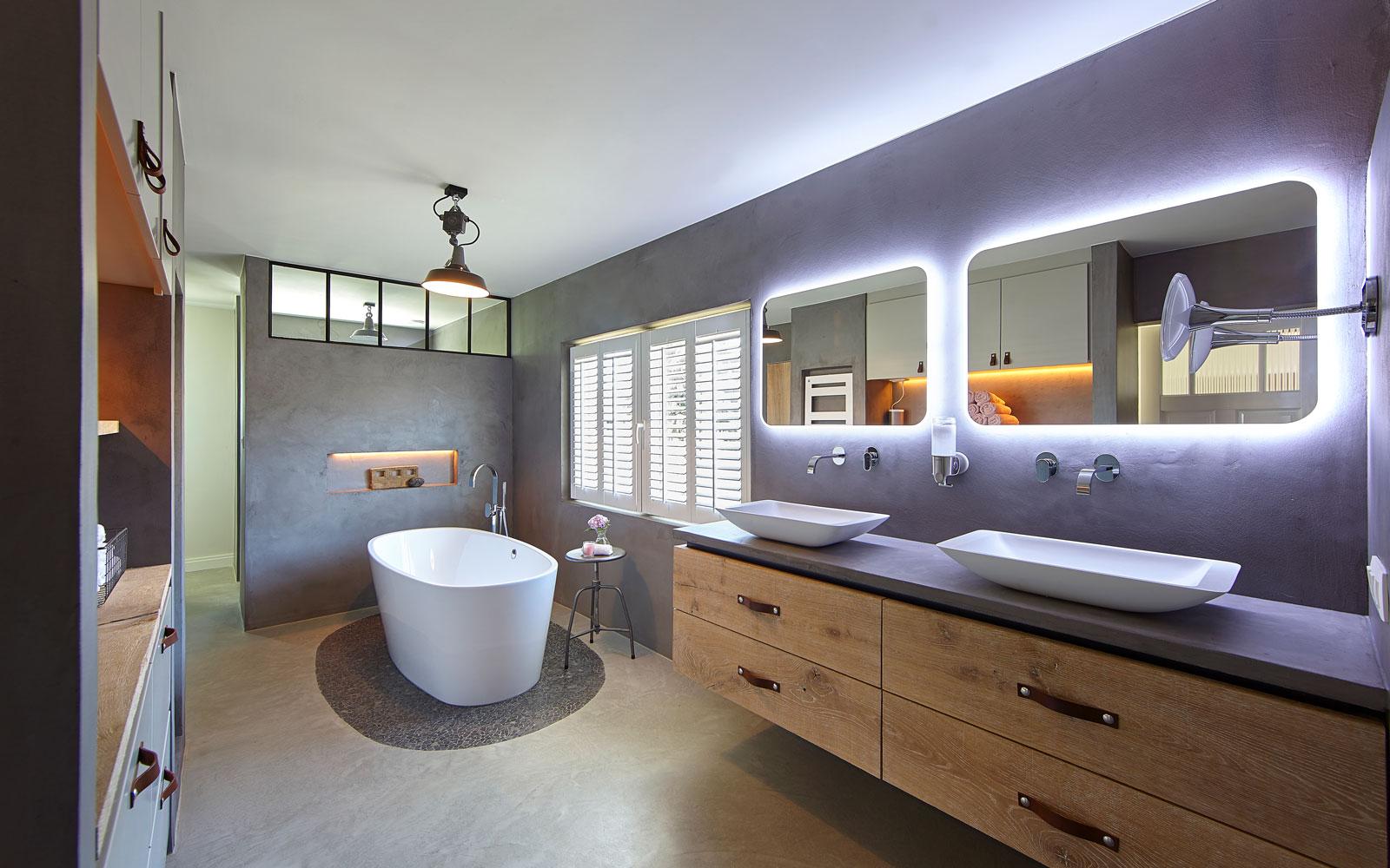 Badkamer, vrijstaand bad, wastafels, led verlichting, zelf ontworpen, Kijkwoning, Stalen Deuren Huys