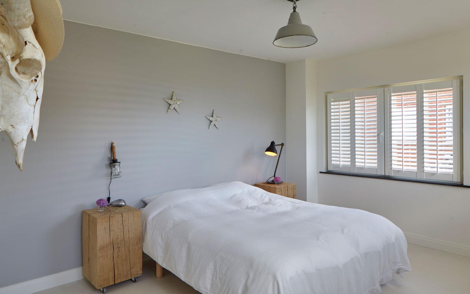 Slaapkamer, master bedroom, bed, shutters, Luxaflex, zonwering, kijkwoning, Stalen Deuren Huys