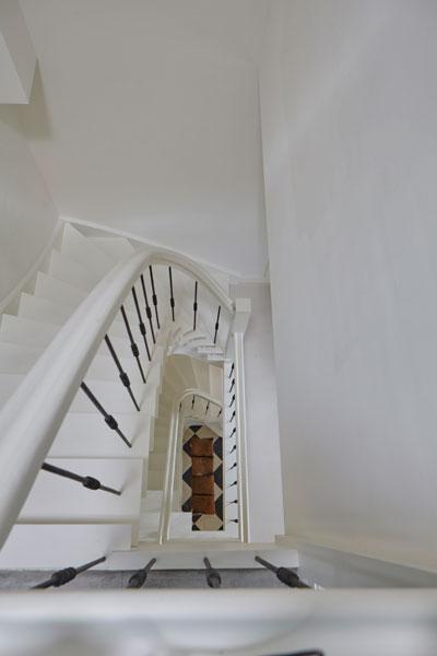 Trappenhuis, houten trap, stalen spijlen, wit, Kijkwoning, Stalen Deuren Huys