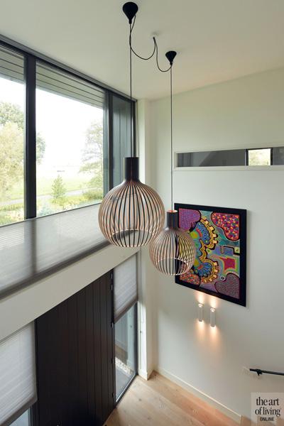 In de hal hangen lampen van Secto Design