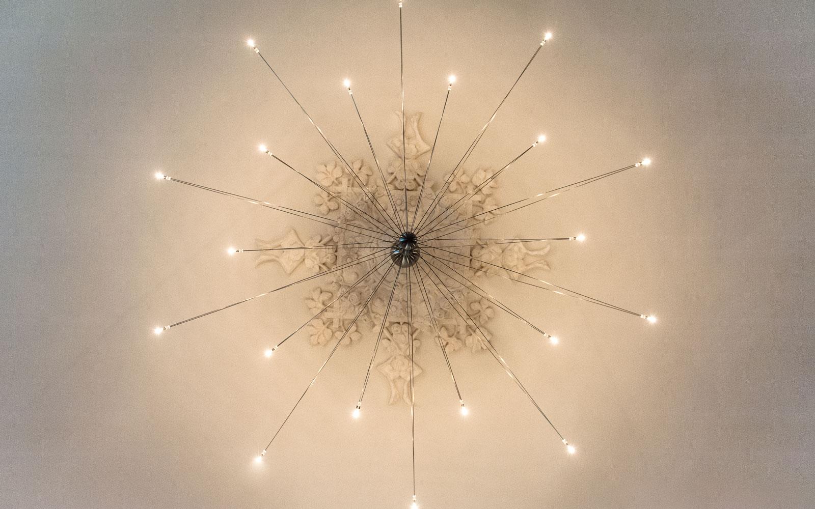 Lamp met klassieke ornamenten, aangesloten door Melssen Peperkamp Elektro, Modern klassiek interieur, MarStyling