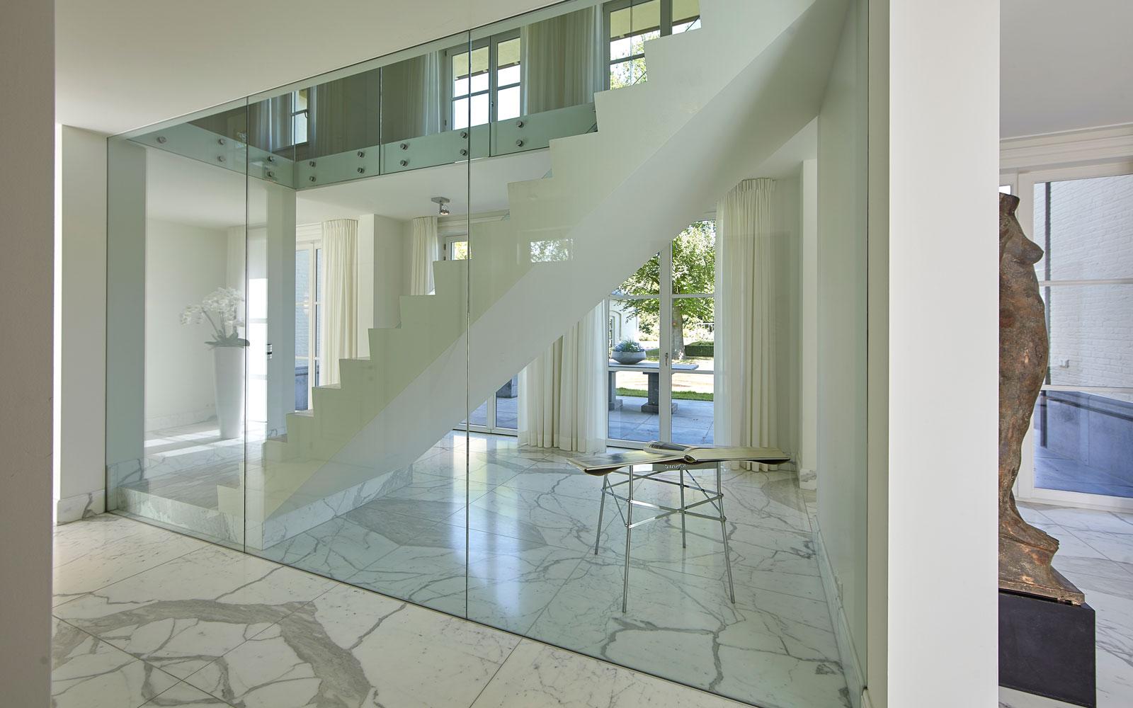 Ruime hal, Carrara marmer, trap, balustrade, glas, marmeren villa, Rob Zeelen Interior