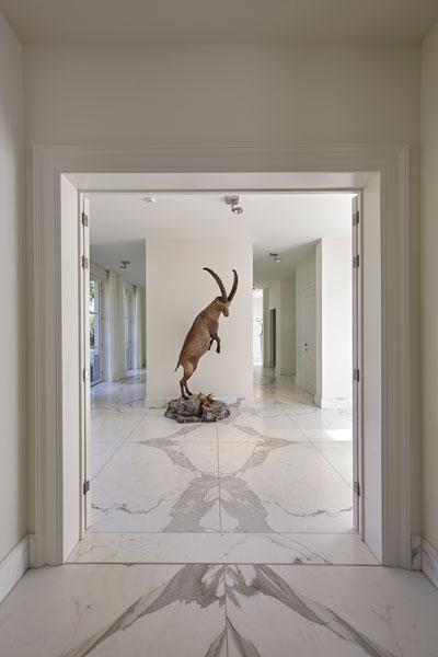 Kunst in de hal, marmer, vloer, wit, ruimte, licht, marmeren villa, Rob Zeelen Interior