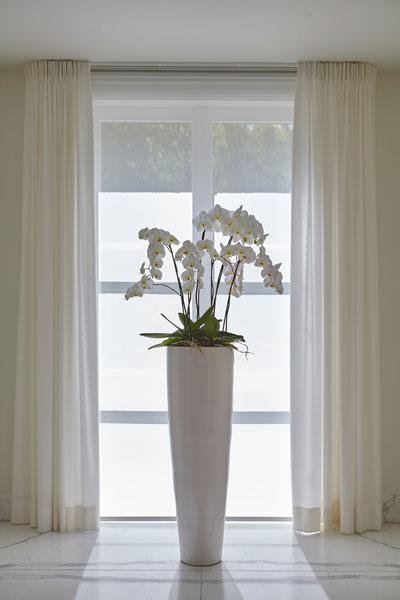Hal, marmer, plant, decoratie, grote vaas, marmeren villa, Rob Zeelen Interior