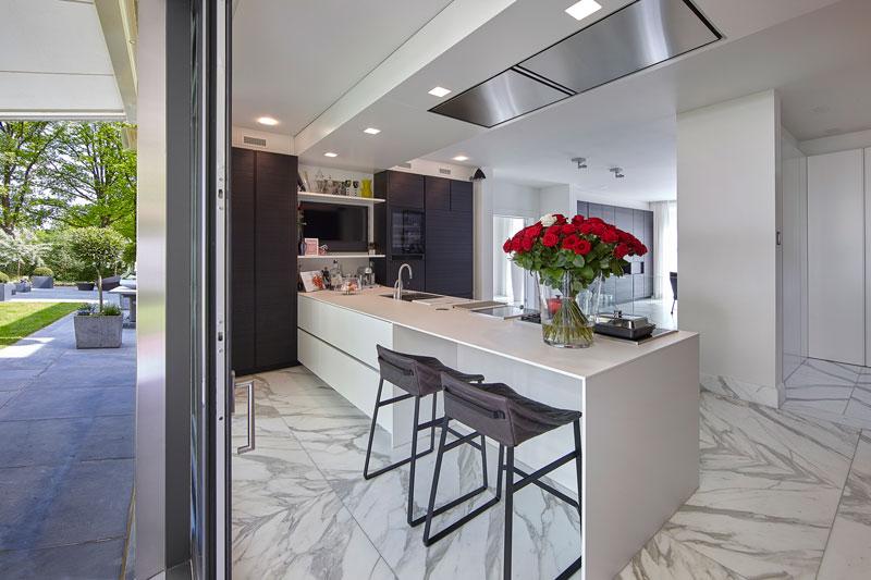 Ruime keuken, functioneel, wit keukenblok, marmeren villa, Rob Zeelen Interior