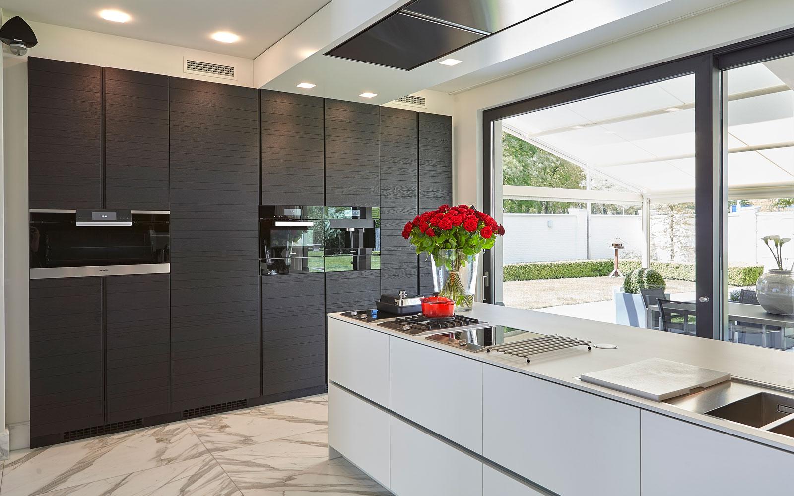 Keuken, maatwerk door Rob Zeelen Interior, marmeren vloer, Miele apparatuur,