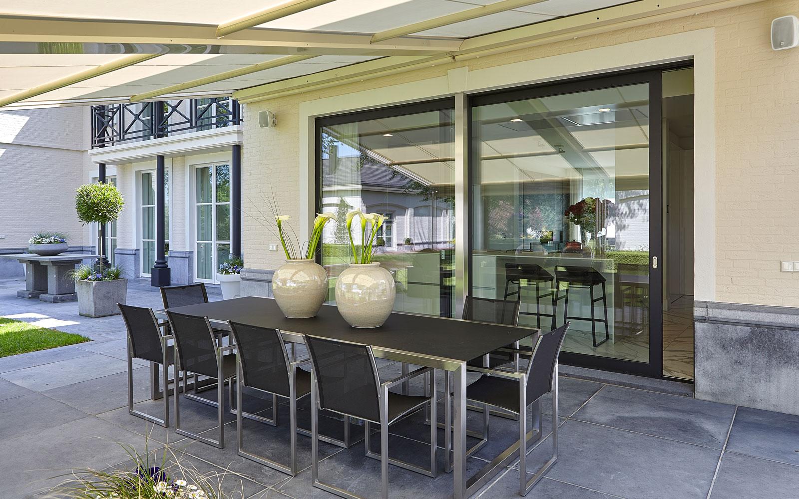 Terras, matzwarte aluminium schuifdeur, muzieksysteem, afdak, marmeren villa, Rob Zeelen Interior