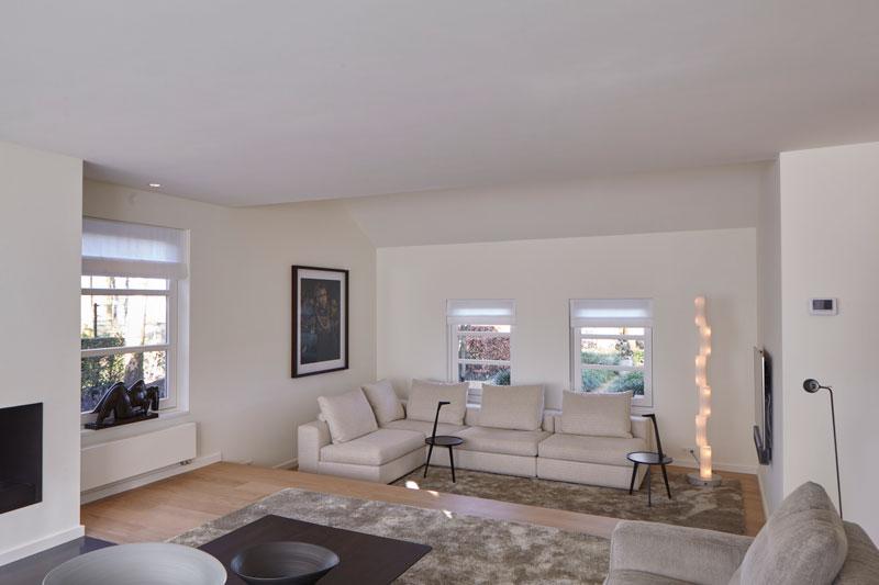 Living met hoekbank van Novalis.O, vloerkleed, designlamp, landelijke villa, Francine Broos